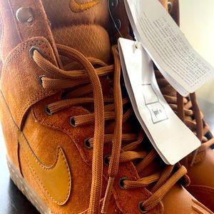 NWT Nike Womens size 7 Dunk Hi Suede Sneaker boot
